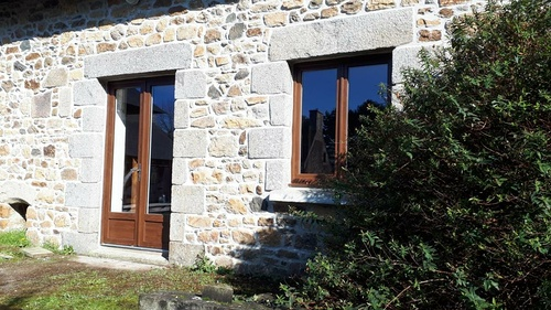 Menuiseries PVC aspect bois pour longère en pierre - Plaine Haute (22)