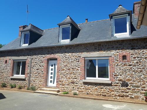 Menuiseries PVC avec volets roulants Bubendorff et porte d''entrée contemporaine alu - Plélo (22 Côtes d ''Armor)