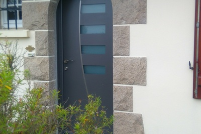 Porte d''entrée alu grise type contemporaine - Pordic