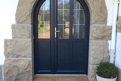 Porte à double battant, cintrée bois et vitrée à mi-hauteur, à Saint Brieuc dans les Côtes d''Armor