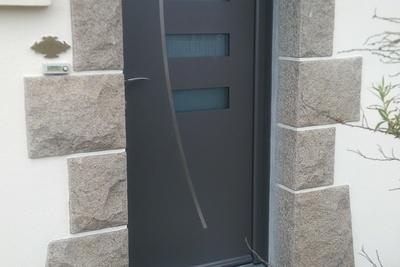 Porte d''entrée contemporaines en alu. Modèle Alizée sur le réseau Art et Fenêtres, pour lequel Costa Menuiseries est le revendeur officiel dans les Côtes d''Armor