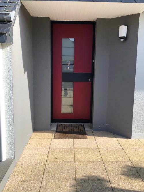 Pose d''une porte d''entrée alu bicolor avec verre dépoli - design -