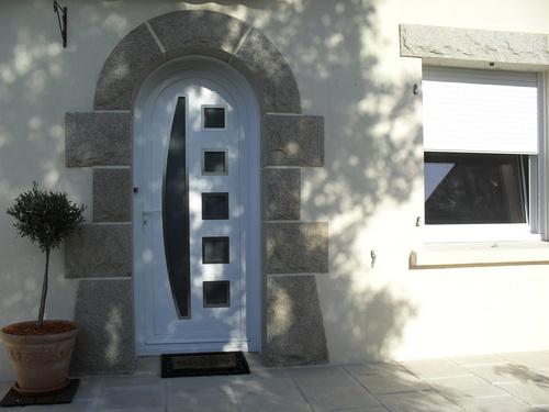 Pose d''une porte en PVC blanc à Plaintel (22)