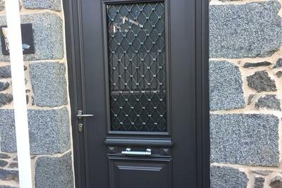 Rénovation porte d''entrée alu, verre dépoli et grille en fer forgé