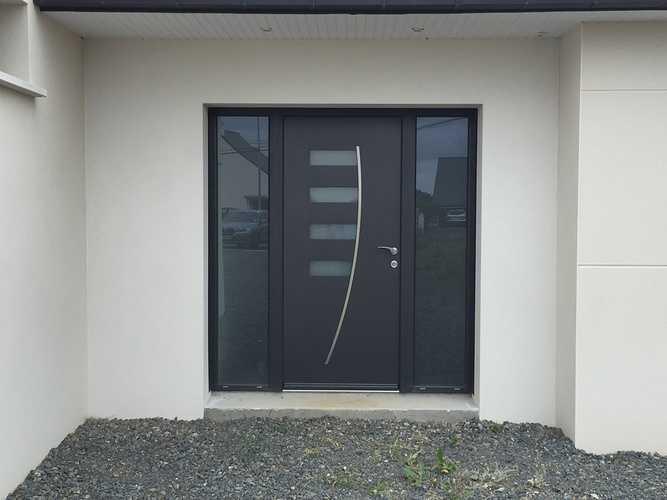 Porte d''entrée de type ALIZEE. Matériau principal : aluminium. Inserts en verre et ligne en inox. Les portes en alu sont entièrement personnalisables.
