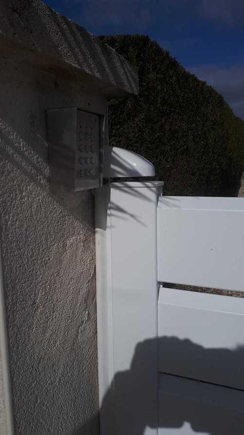 Portail aluminium 2 ventaux avec motorisation et digicode 1