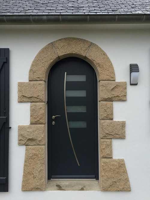 Porte d''entrée en aluminium. Couleur gris anthracite, insert en inox et vitrage horizontal sablé. Correspond au modèle ALIZÉE sur le réseau Art et Fenêtres.