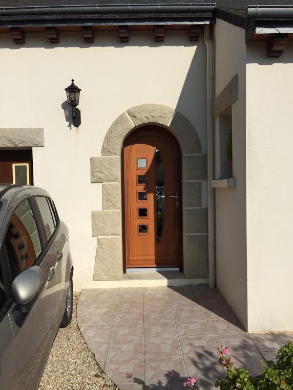 Superbe porte d 39 entr e dans une maison n o bretonne yffiniac for Capitonner une porte d entree