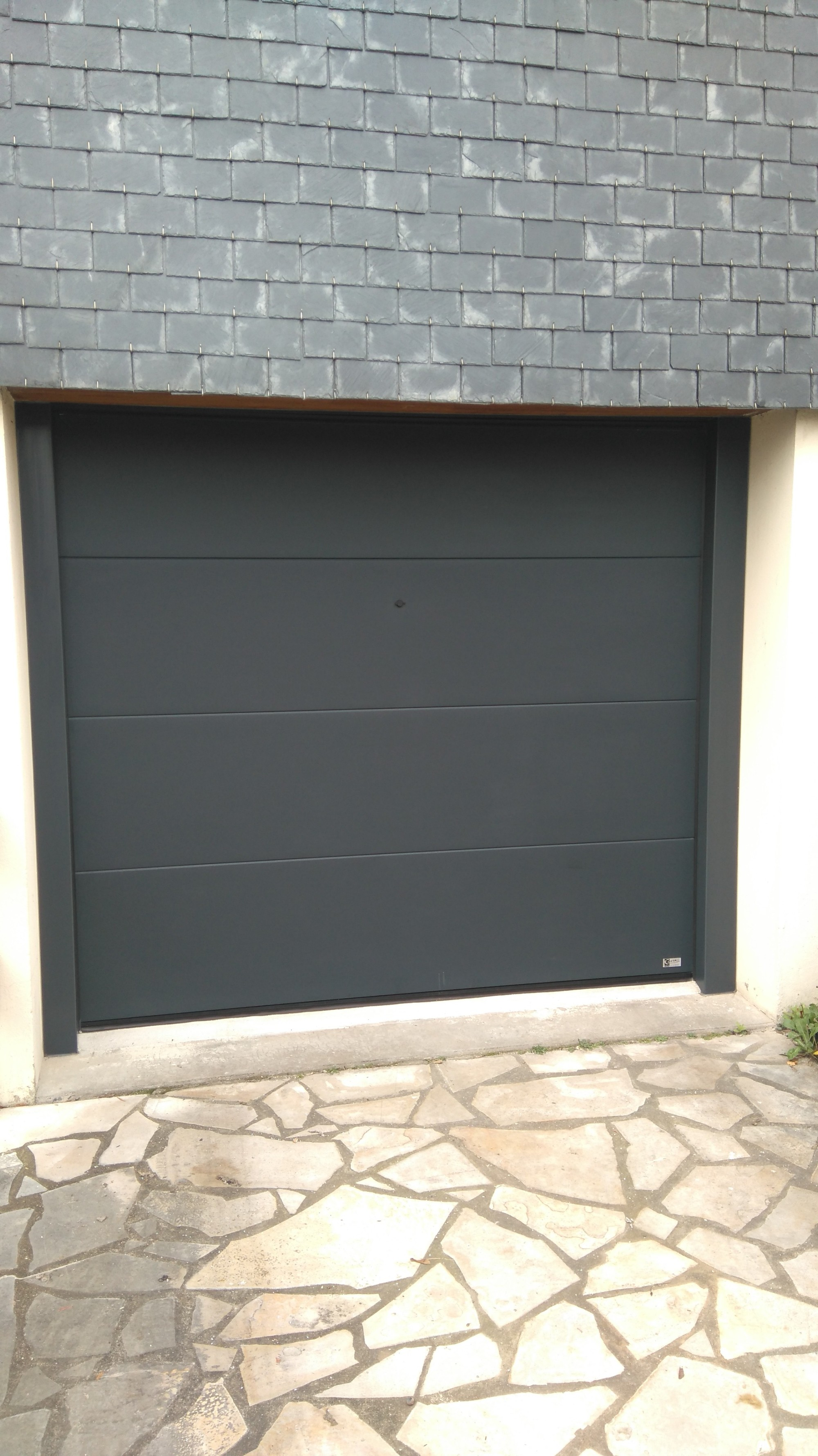 Porte de garage sectionnelle gris anthracite saint brieuc for Garage automobile saint brieuc