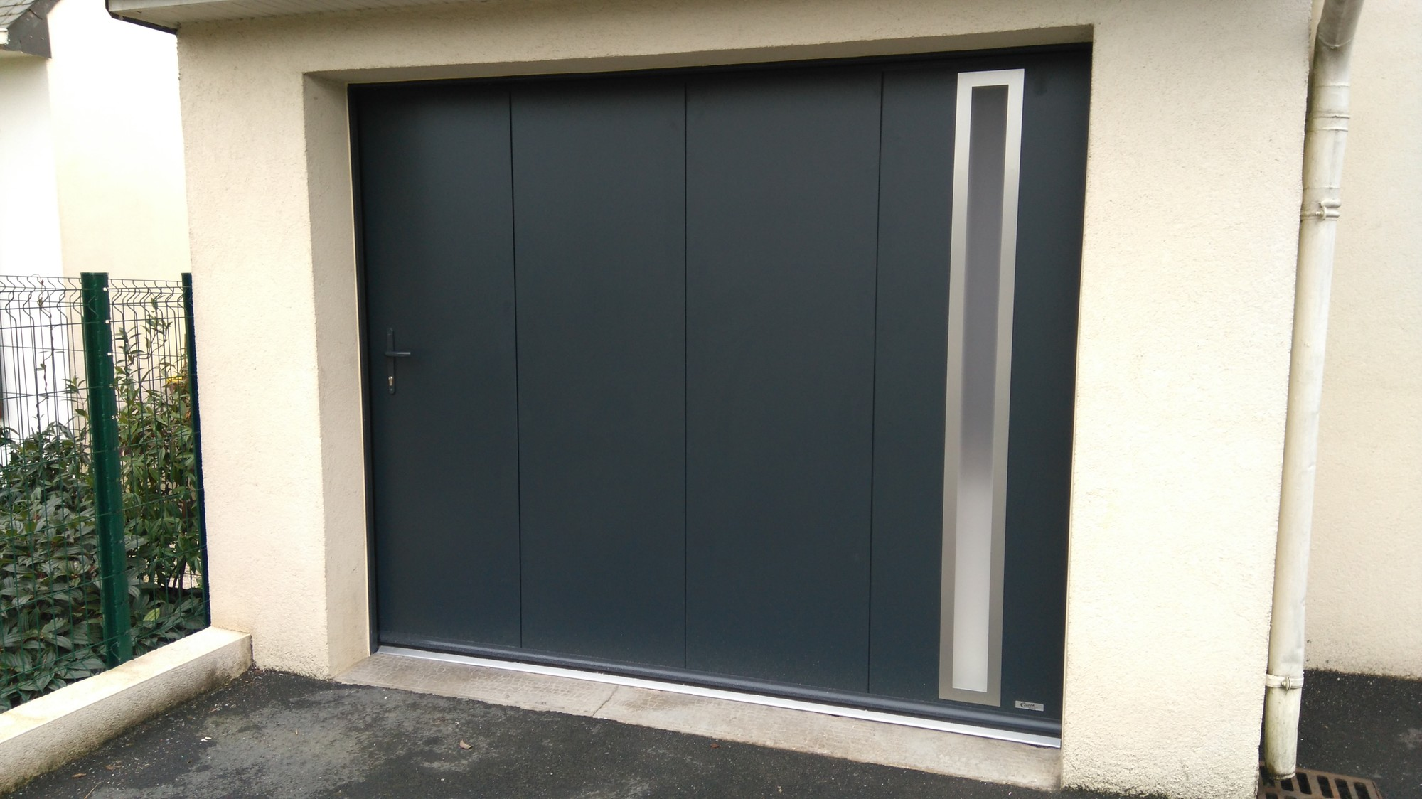 porte de garage sectionnelle en alu pordic costa menuiseries. Black Bedroom Furniture Sets. Home Design Ideas