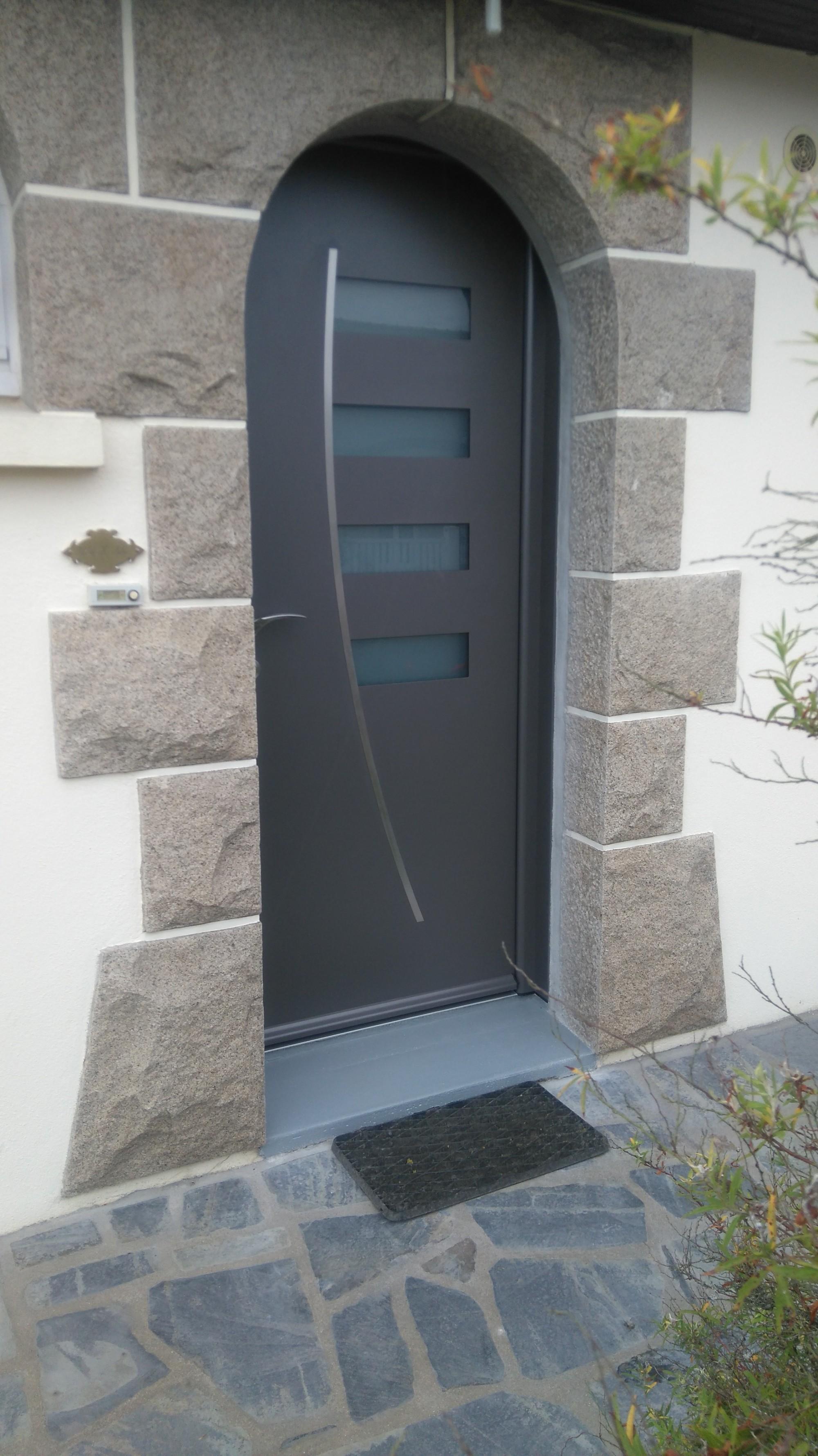 Porte d 39 entr e contemporaine en alu avec vitrage pordic for Porte fenetre arrondie