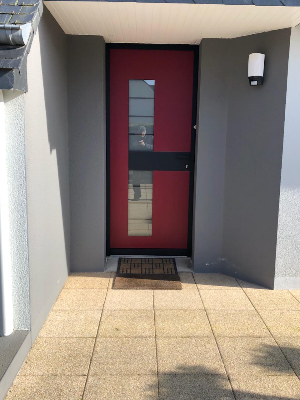 Pose d 39 une porte d 39 entr e alu bicolor avec verre d poli design - Pose d une porte ...